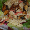 Тёплый салат из макарон с мидиями