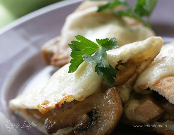 Пита, запеченная с грибами, в сливочном соусе