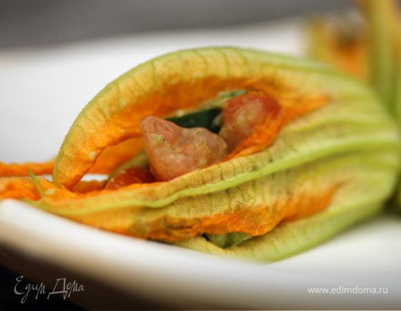 Цветы сквоша (тыквы), начиненные салатом из авокадо