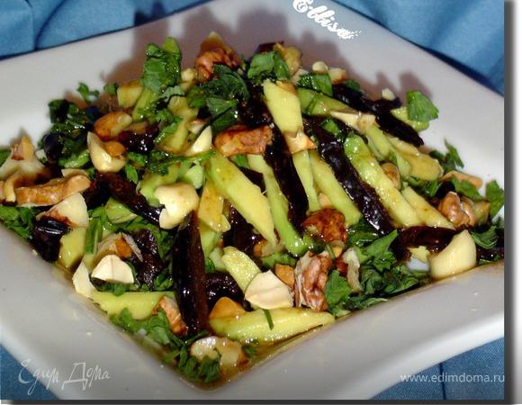 Салат с черносливом, авокадо и орехами