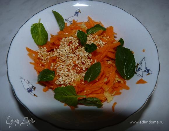 Запечённая курица с салатом из моркови с кунжутом