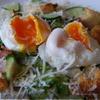 Теплый салат из хлеба, хрустящей копченой грудинки и яйца-пашот по рецепту Джейми Оливера