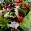 Салат с куриным филе и черешней с клубнично-мятной заправкой