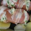 Сардельки, фаршированные сыром в беконе.