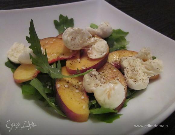 Салат с персиком и моцареллой