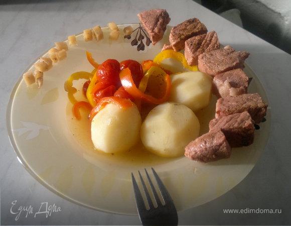 Розовая свинина с сумахом + отварной картофели и тушеные овощи