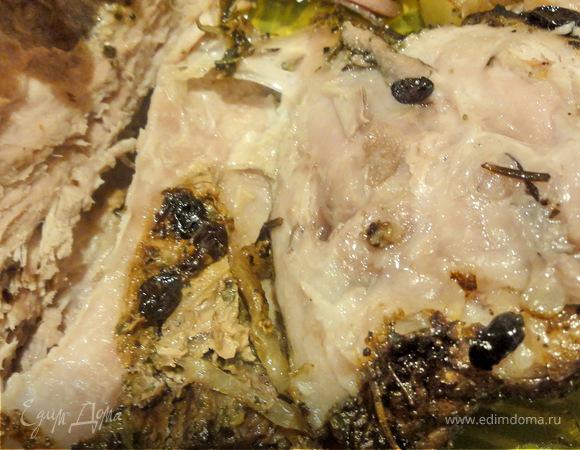 Свиная шейка, запеченная с финиками и цветной капустой в сухарях.