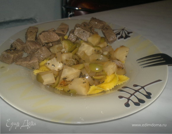 Крестьянская паста с сельдереем ,оливками и луком и тушеная говядина.