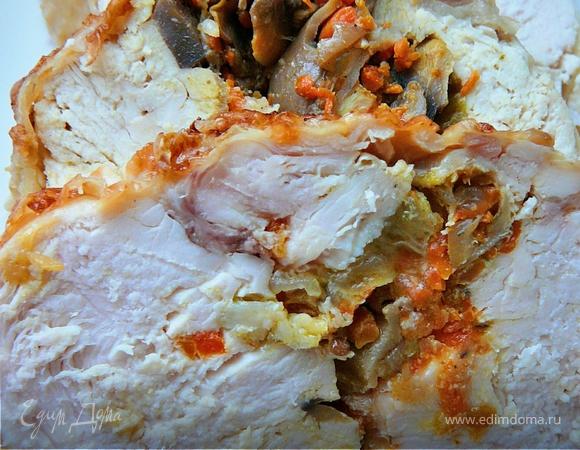 Рулет из цельной курицы, фаршированный овощами и грибами
