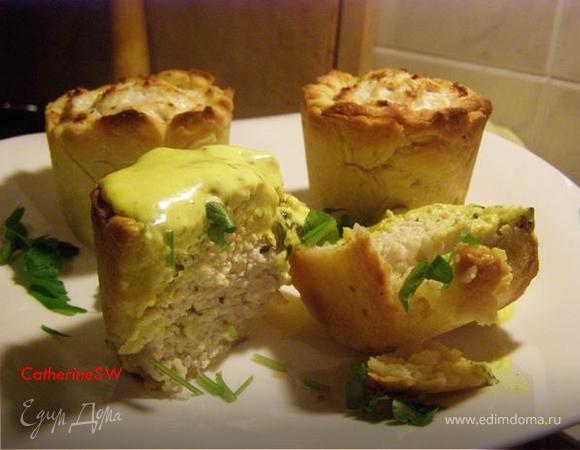Закусочные корзиночки с фаршем из курицы и сметанно-майонезным кремом с куркумой и эстрагоном