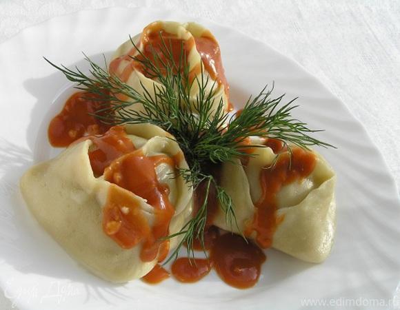 Манты с картофельной начинкой и томатно-чесночным соусом
