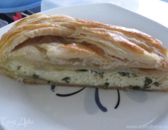 Плетенка из слоеного теста, начиненная сырами и зеленым луком