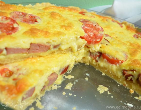 Сырный киш с помидорами и колбасками