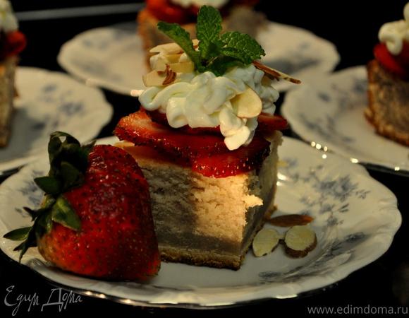 """Слоеный торт с клубничной начинкой и кремом """"Амаретто"""""""