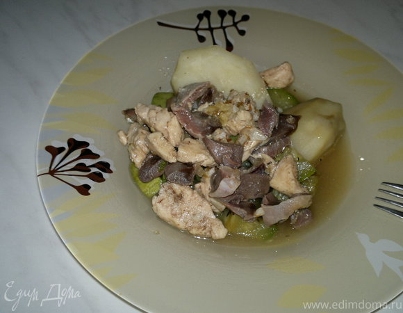 Желудки и грудка индейки с отварным картофелем и тушеным кабачком