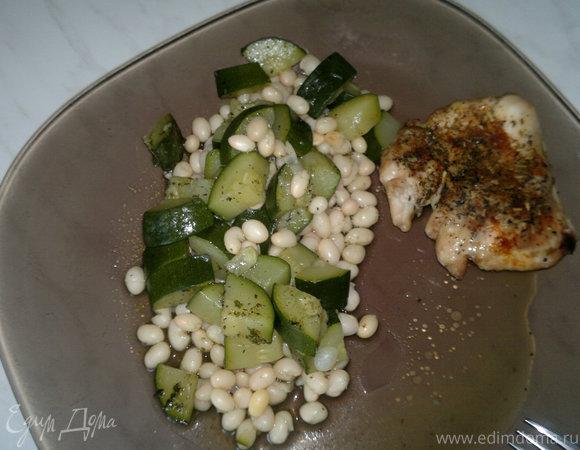 Белая фасоль с рагу из цукини и запеченное в духовке куриное бедро с шалфеем