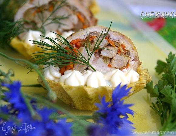 «Корзиночки» со сливочно-сырным кремом и куриным рулетиком