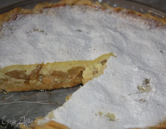 Грушевый тарт с заварным кремом и абрикосовыми косточками