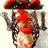 Шоколадные корзинки со взбитыми сливками, фруктами и ягодой
