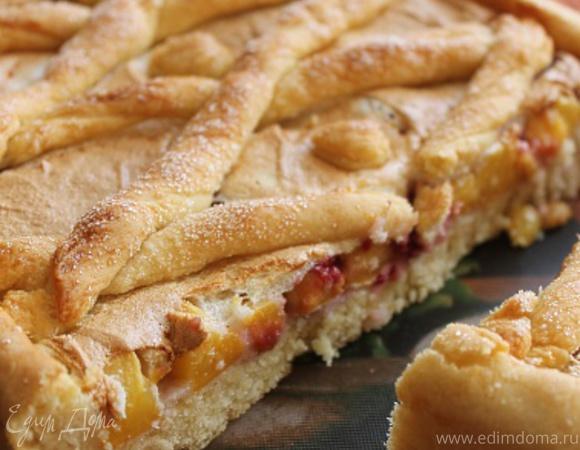 """Пирог из """"ночного"""" теста с персиками и малиной"""