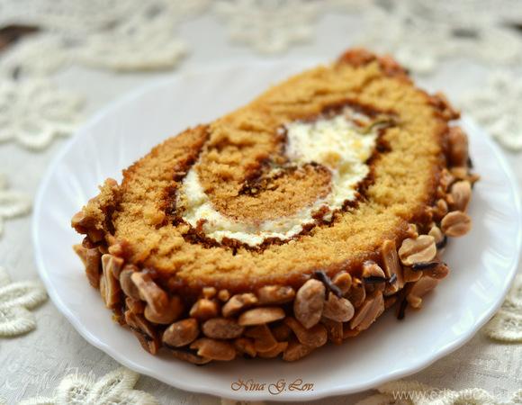 Рулет медовый с карамелью и арахисом