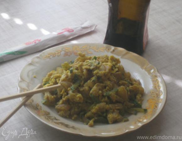 Китайский омлет с жареными огурцами и китайской капустой