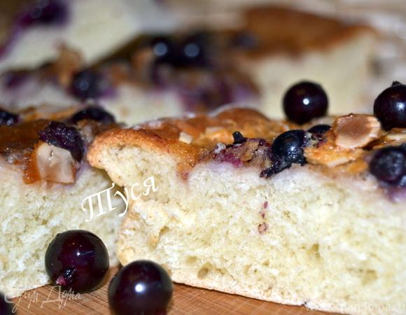 Сдобный пирог со сливочно-ореховой начинкой и черной смородиной