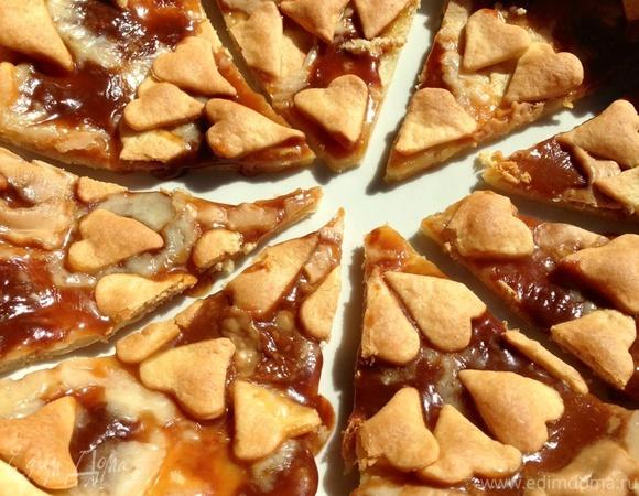 Тарт из творожного теста с карамельками