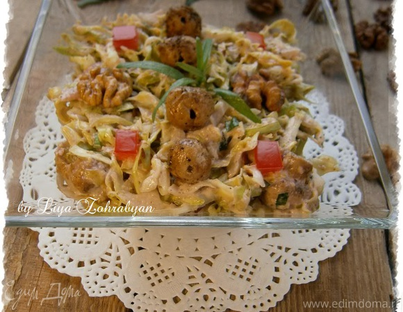 Овощной салат с заправкой из грецких орехов