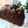 Шоколадный пирог со сливами и штрейзелем