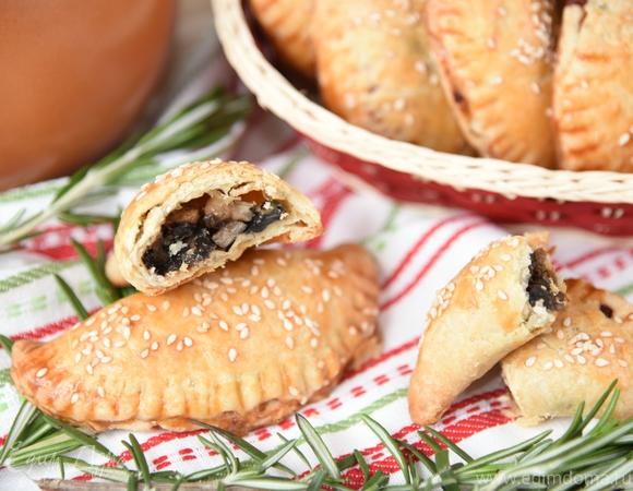 Пирожки с начинкой тушеной в пиве и сыром