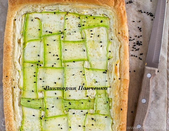 Слоеный пирог с творожным сыром и цукини