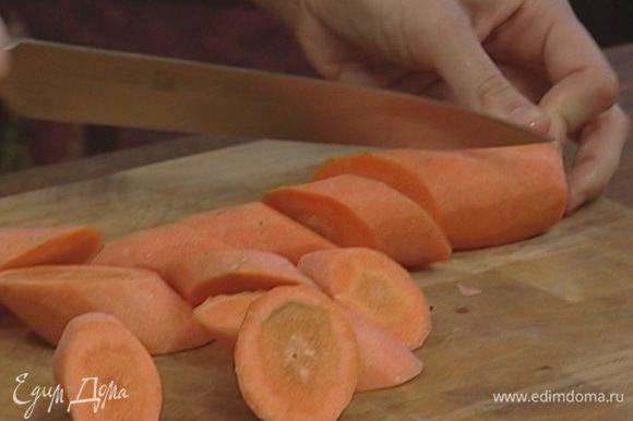Морковь, пастернак и чеснок почистить и крупно нарезать.