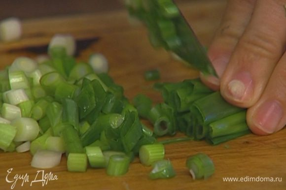 Зеленый лук и сельдерей мелко нарезать.