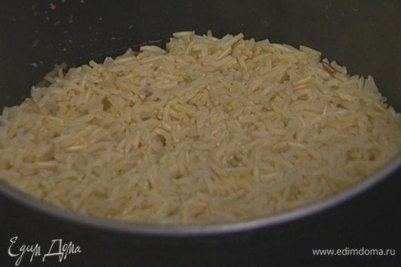 Рис всыпать в кипящую подсоленную воду, накрыть крышкой и отварить согласно инструкции на упаковке.