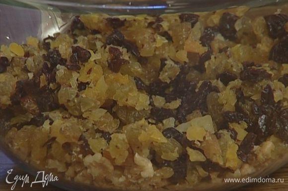 Все сухофрукты и орехи измельчить в блендере или нарезать очень мелко.