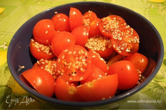 Порезать помидоры дольками, сельдерей кусочками, лук полукольцами. Посолить, поперчить, добавить уксус и оливковое масло, перемешать, посыпать зеленью и кунжутными семечками.