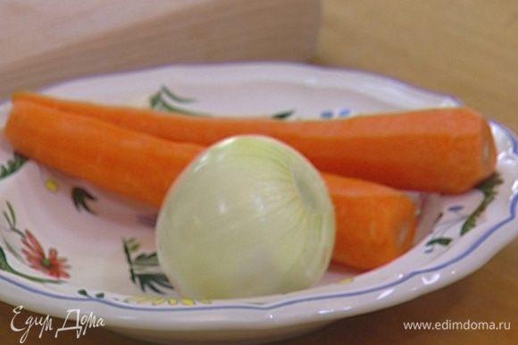 Лук, чеснок и морковь почистить.