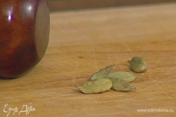 Стручки кардамона раскрыть, вынуть зерна и растереть их в ступке.