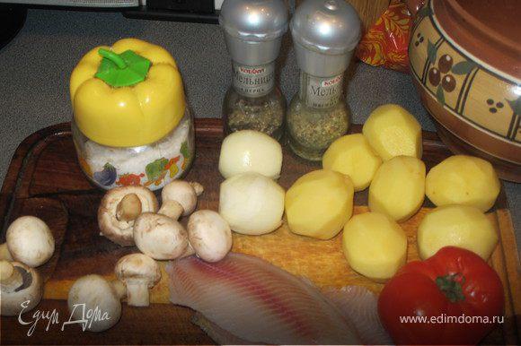 Все продукты режутся средними кубиками и укладываются слоями в горшочек. Растительное масло-лук-сушенный помидор-рыба-соль-специи-картошка-соль-специи-майонез-грибы-укроп-майонез. Сверху выкладываем кружочек помидора, который лучше отрезать потолще. Запекать в духовке при температуре 180 градусов около 30-40 минут.