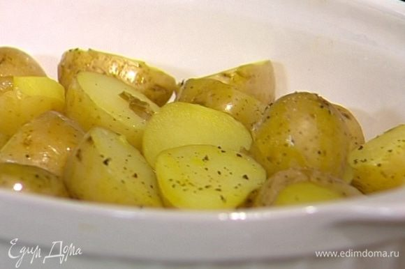 Молодой картофель отварить в мундире, затем разрезать пополам, выложить в форму для запекания и сбрызнуть оливковым маслом. Немного поперчить, посолить и отправить в духовку под гриль, чтобы картофель стал золотистым.