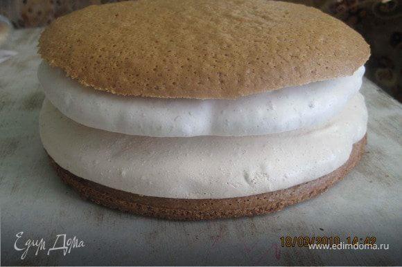 СБОРКА ТОРТА: бисквит+крем+безе+крем+безе+крем+бисквит. Верх и бока торта обмазать кремом и украсить арахисом.