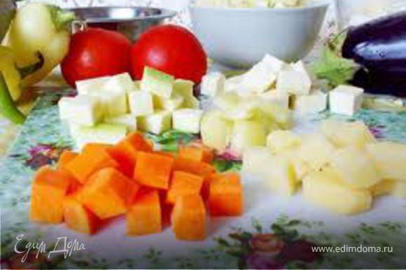 Все овощи нарезать кубиками, у помидора брать только кромки, семена врезать, кабачок если слишком зрелый, семена тоже отрезать. Лука нарезать мелко мелко, чтобы он был, но был незаметен и совсем немного, раздавить зубчик чеснока.