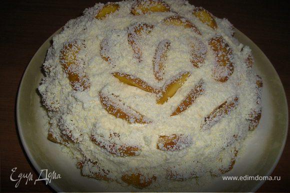 Нанести сверху сливки (с закрепителем). Два персика очистить от кожуры, нарезать пластинками, распределить их по поверхности торта, присыпать торт мелкой шоколадной стружкой. Поставить в холодильник минимум на 1 ч.