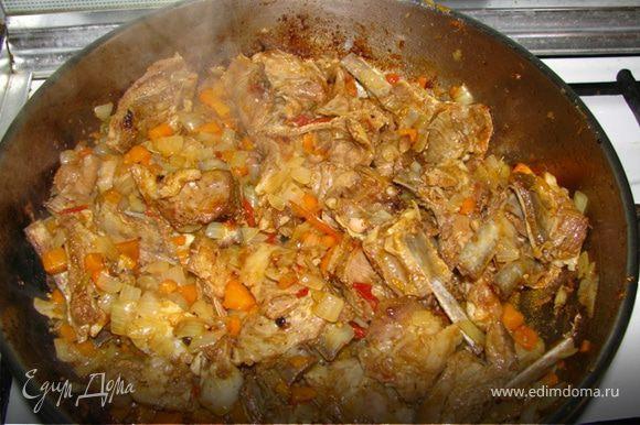 Когда мясо станет мягким, приблизительно через 40-45 мин., добавляем морковь, а через пять минут лук, доводим все до золотистого цвета. Вот и все. Приятного аппетита!