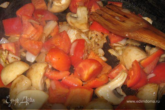 Потом добавила перец свежий. Когда овощи были почти готовы, добавила помидоры. В овощи добавила неного муки, пассеровала все.
