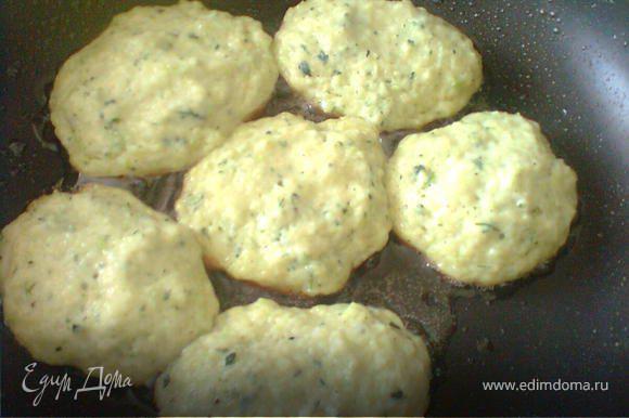 Полученную массу выпекать на горячей сковороде, выкладывая столовой ложкой.