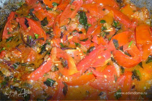 Делаем томатный соус. Лук порезать мелкими кубиками, обжарить на оливковом масле до прозрачности. Добавить помидора, порезанные на небольшие дольки, и чеснок, пропущенный через пресс. Немного уварить. Добавить мелко порезанные базилик и укроп, соль, перец. Проварить 1 мин.