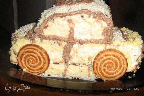 Приготовить масляный крем. Масло взбить добела, постепенно добавить сгущенное молоко. Оформить торт с помощью кондитерского мешка и фантазии. Колеса можно сделать из пряников. Готовый торт должен постоять не меньше 5-6 часов в холодильнике.