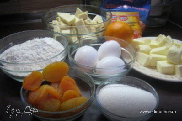Взбить яйца с сахаром так, чтобы масса увеличилась в объеме.